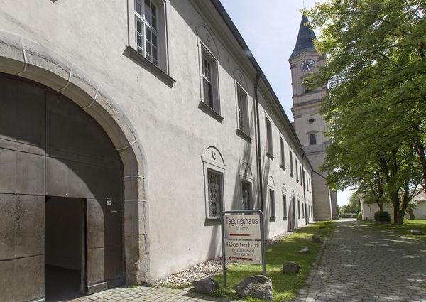 Nach der Besichtigung der Benediktinerabtei lädt die Gaststätte Klosterhof mit Biergarten zur Rast ein