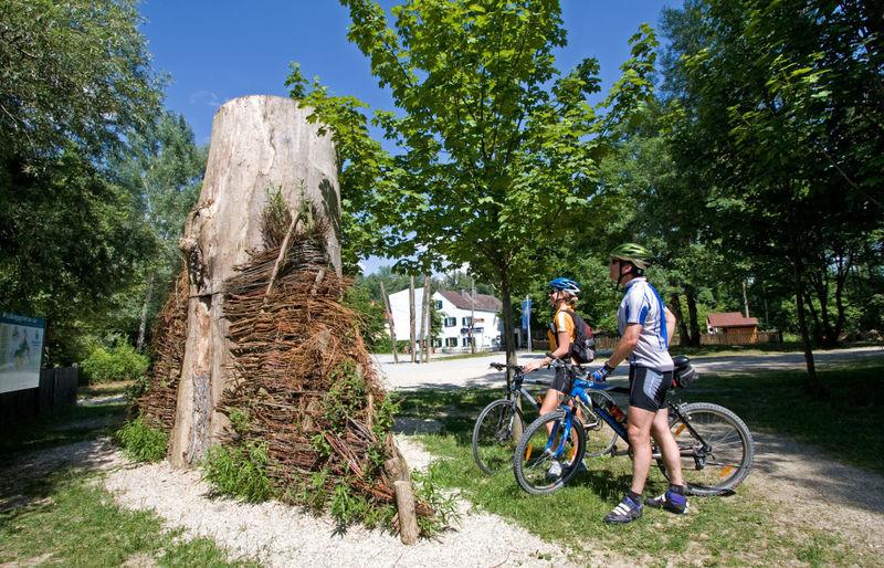 Radfahrer beim Infozentrum Isarmündung in Moos im Deggendorfer Land