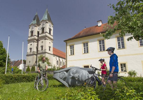 Blick auf die Klosterkirche der Benediktinerabtei Niederaltaich