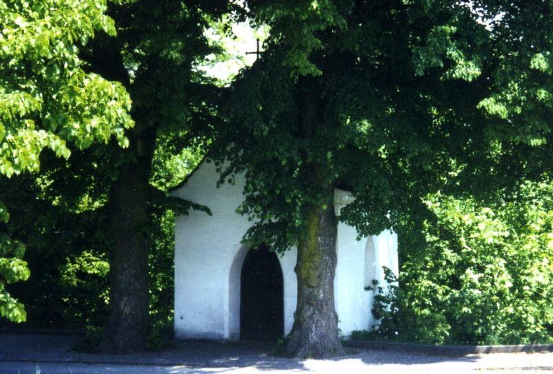 Blick auf die Leonhardikapelle in der Hengersberger Straße in Niederalteich im Deggendorfer Land