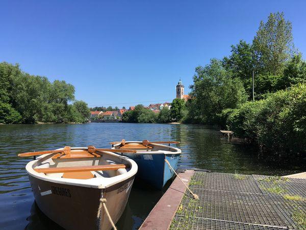 Zwei Ruderboote auf dem Neckar vor Nürtingen