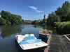 Ein Tretboot und zwei Ruderboote am Steg des Bootsverleihs in Nürtingen
