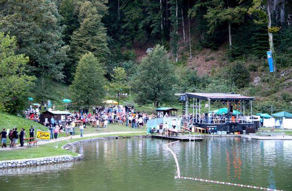 Bühne am Luegstocksee anlässlich des Musikfestivals.