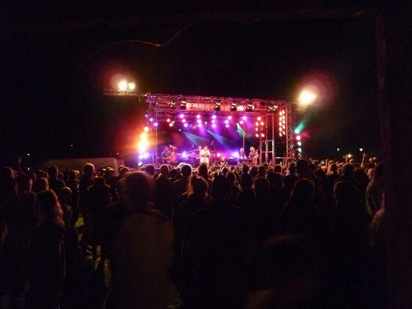 Bunt beleuchtete Bühne beim Luegstock Festival.