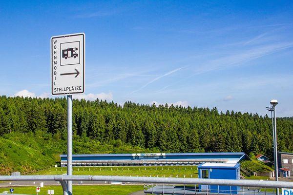 Blick auf das Biathlonstadion vom Caravanstellplatz aus