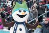 das Oberhofer Maskottchen Flocke beim Biathlon Weltcup in der DKB-Ski-ARENA