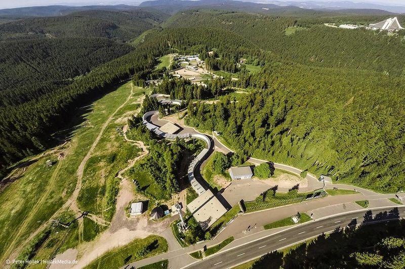 Luftaufnahme von der Rennschlitten- und Bobbahn Oberhof im Sommer