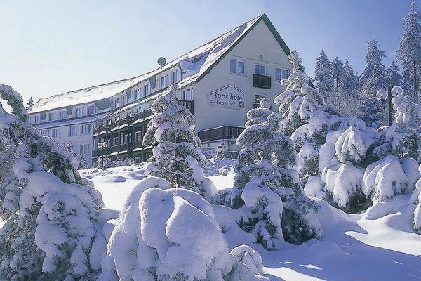 Außenansicht des Sporthotel Oberhof im Winter