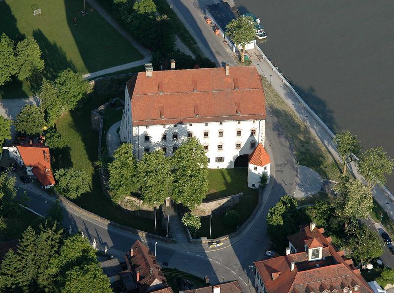 Blick auf Schloss Obernzell in den Donau-Perlen im Passauer Land