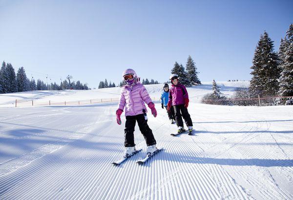 Skifahrer am Skilift Haldenköpfle
