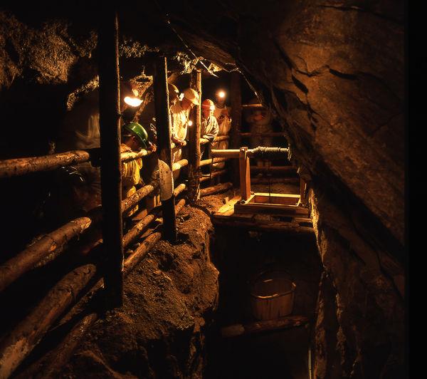 Besucher bei der Führung im Besucherbergwerk Grube Wenzel