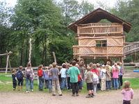 Kinder beim Ferienprogramm vor dem Spielhaus der Freizeitanlage im Frohnbachtal