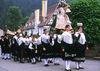 Die Schäppelmädchen der Trachtengruppe Oberwolfach tragen die Mutter Gottes