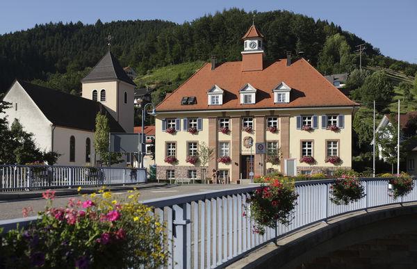 Das Rathaus und die Marienkirche in Oberwolfach-Walke