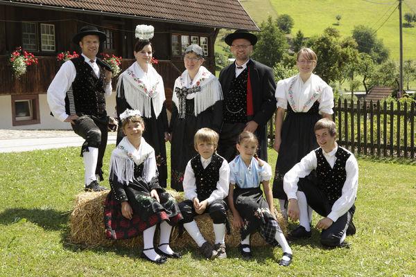 Mitglieder der Trachtengruppe Oberwolfach in der Fürstenberger Tracht