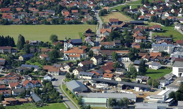 Eingebettet zwischen den Vorbergen des Bayerischen Waldes und der Donau liegt die Gemeinde Offenberg.