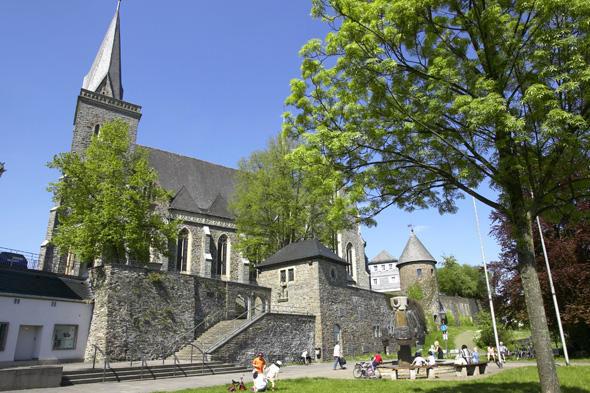 Kurkölner Platz mit Geschichtsbrunnen und Martinus Kirche