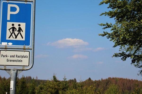 Das Verkehrszeichen als Hinweis zum Wanderparkplatz