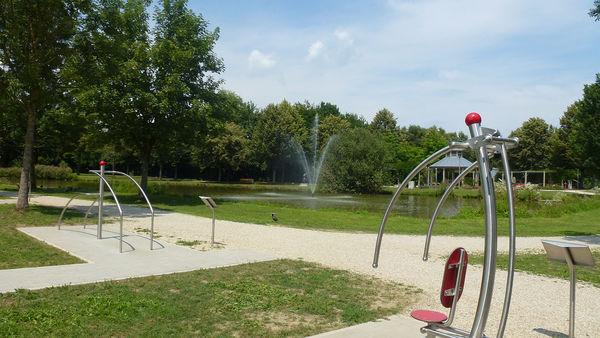 Idyllisch gelegener Bewegungsparcours im Stadtpark Osterhofen.