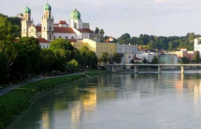 Der grüne Inn fließt in Passau am Dom vorbei