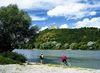 Radler am Donauufer mit Blick zum Bogenberg