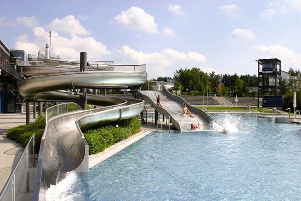 Badespaß auf der Rutsche im Passauer Erlebnisbad peb