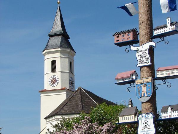 Maibaum und Pfarrkirche St. Stephanus