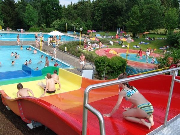 Badespaß auf der Breitwasserrutsche im Familienbad in Perlesreut