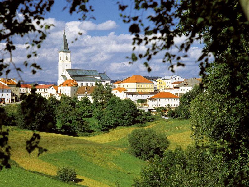 Blick auf die Pfarrkirche ST. ANDREAS in Perlesreut