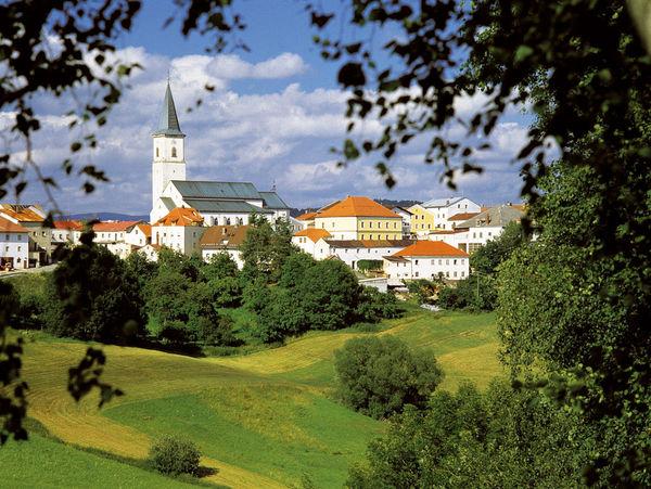 Blick auf die Pfarrkirche ST. ANDREAS in Perlesreut im Ilztal und Dreiburgenland