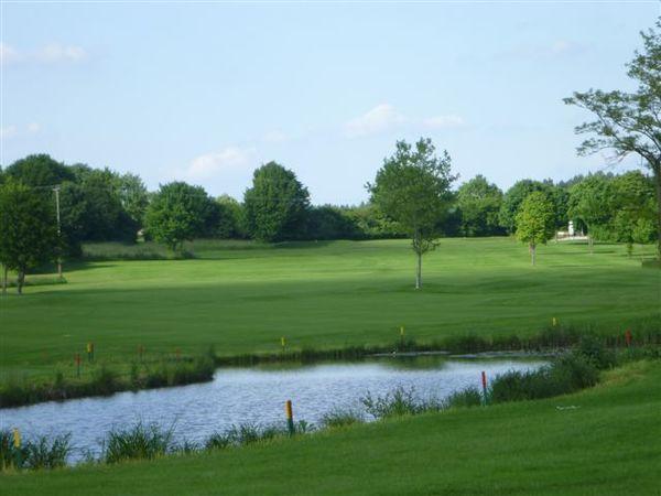 Wasserhindernis auf der Golfanlage in Pfaffing.