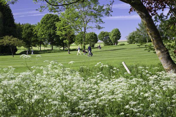 Golfclub Pfaffing in natürlicher Umgebung.