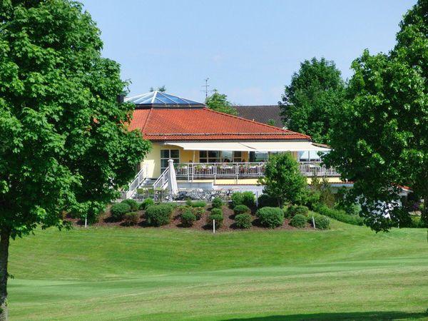 Golfanlage in Pfaffing mit Blick auf Clubheim.