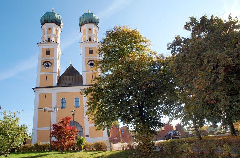 Der doppeltürmige Barockbau der Wallfahrtskirche Gartlberg