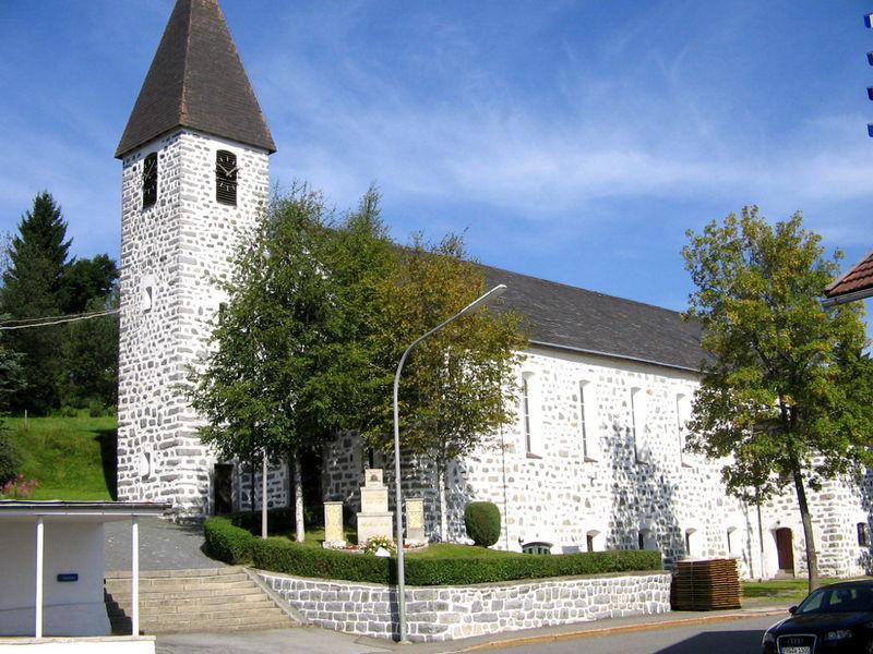Blick auf die katholische Pfarrkirche in der Ortsmitte von Philippsreut