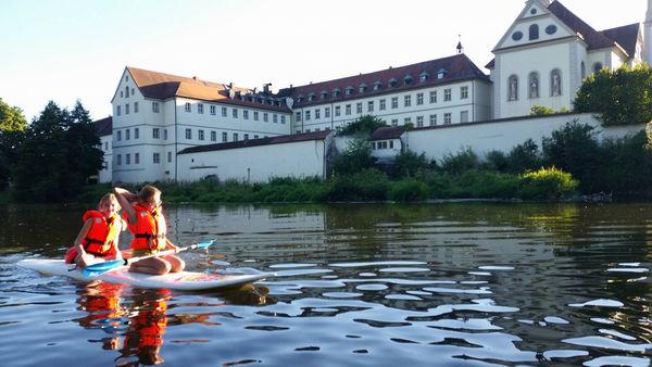 Paddeln vor dem Kloster Pielenhofen