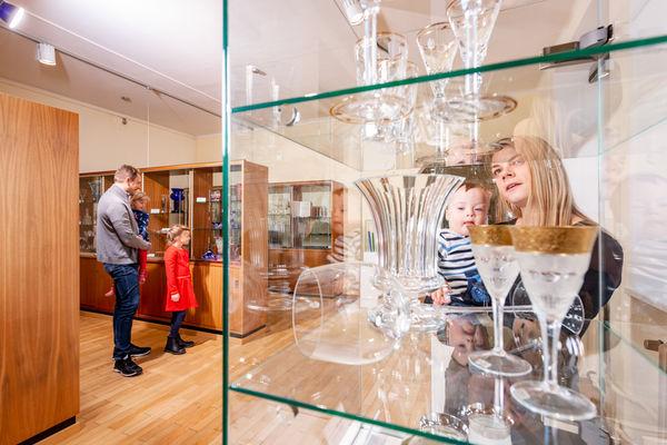 Ausstellung von fast 1.000 Glasexponaten in Plößberg
