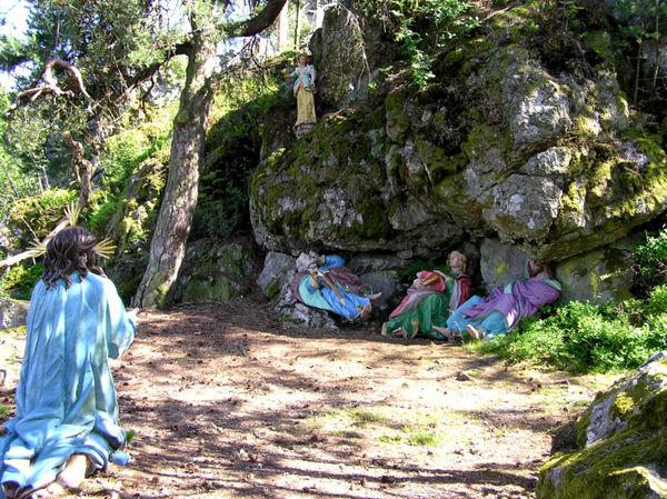 Apostel am Kreuzweg im Naturschutzgebiet Moosbacher Pfahl im Bayerischen Wald