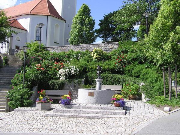Brunnen vor der Pfarrkirche in Moosbach (Gemeinde Prackenbach)