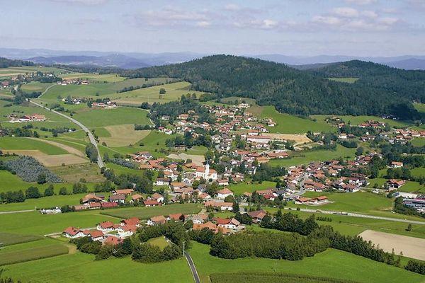 Der familienfreundliche Erholungsort Prackenbach mit den Ortsteilen Moosbachund Krailing liegt inmitten des Bayerischen Waldes und in einem weitläufigen Wandergebiet mit 100 km markierten Wegen.