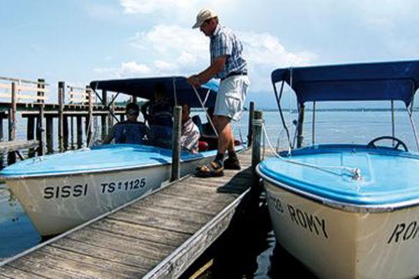 Personal beim Festbinden des Bootes am Steg.