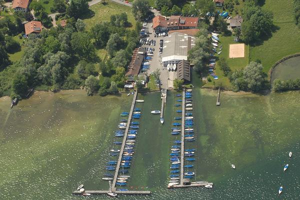 Hafenanlage des Chiemsee Yachtclubs Prien am Chiemsee.
