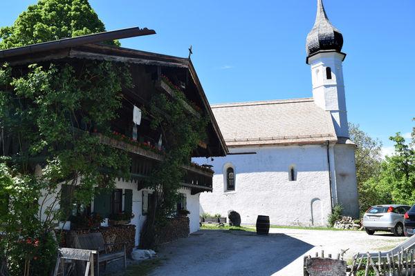 Kirche St. Jakobus neben der Mesnerstubn-©Chiemsee-Alpenland Tourismus