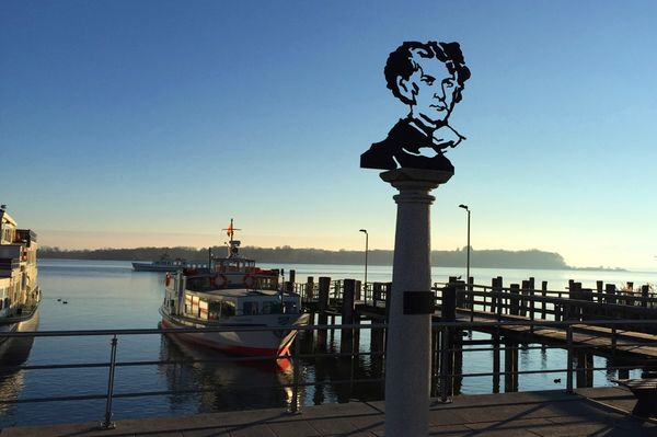 König-Ludwig II.-Konterfei am Hafen in Prien am Chiemsee