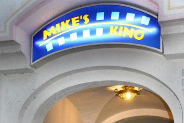 Schild über dem Eingangsbereich von Mike's Kino in Prien.
