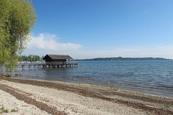 Blick in den Chiemsee vom Strandbad Schöllkopf Prien.