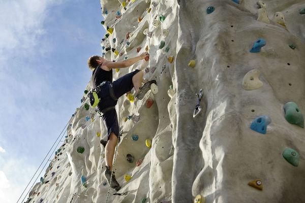 Kletterer an der Außenanlage des Kletterwerks Radolfzell