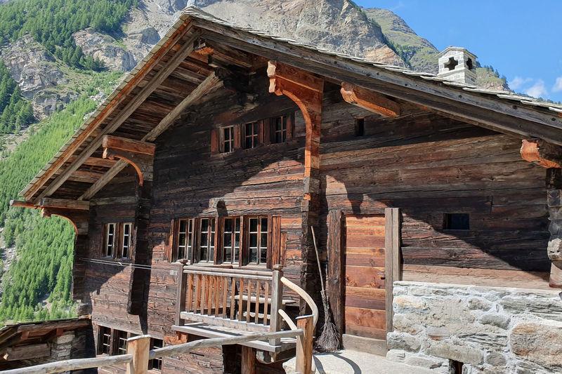 Im Dorf Randa steht das Lorihiischi (Lori-Haus), welches im Jahr 1456 erbaut wurde.