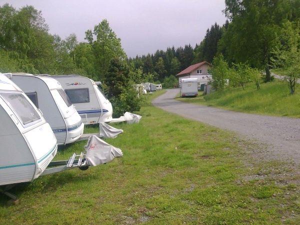 Stellplätze in ruhiger Lage finden Sie auf dem Naturcampingplatz Perlbach bei Rattenberg