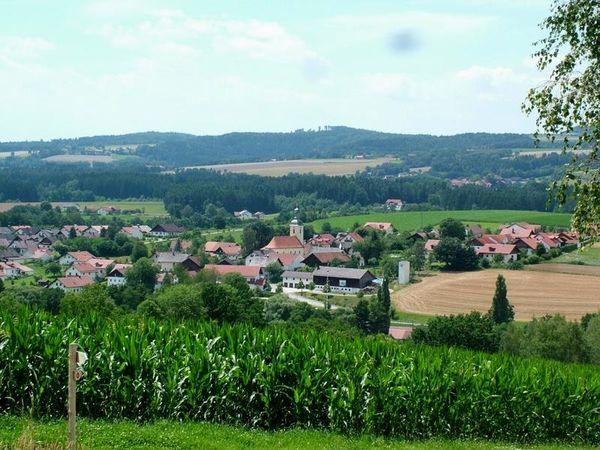 Rattiszell kann auf eine lange Geschichte zurückblicken. Bereits 1186 wurde der Ort erstmals urkundlich erwähnt. Das Gemeindewappen zeigt einen steigenden Widder - das Wappen des früheren hier ansässigen Adelgeschlechts der Rampsberger.